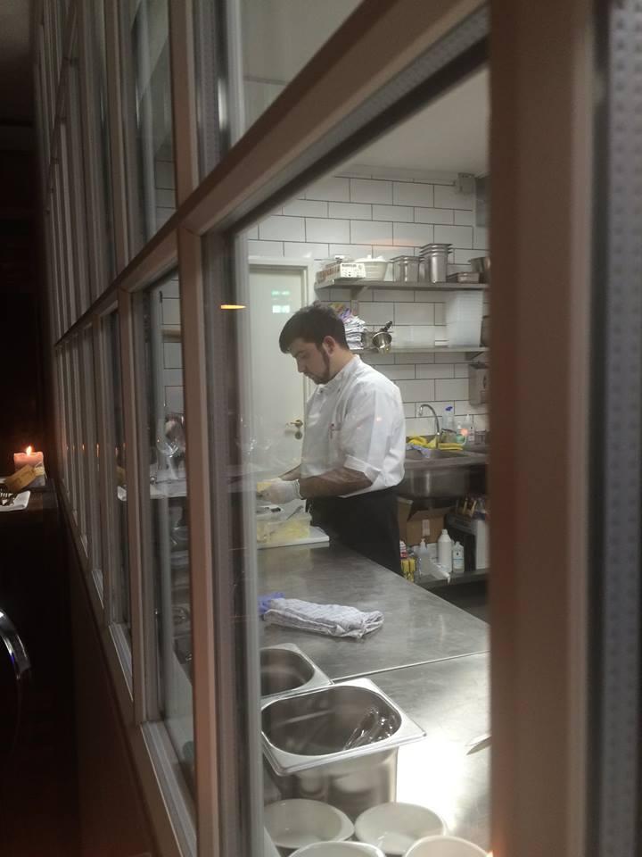 Kokk Ricardo Buglione forbereder mat på restaurantens kjøkken.