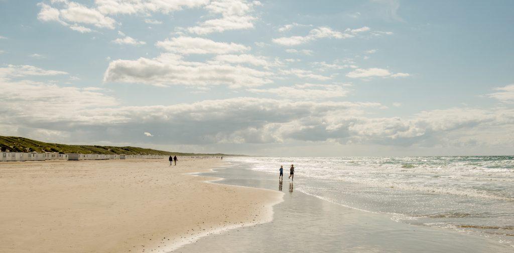 Løkken strand er én kilometer lang. Det er en av flere badestrender i Danmark du vil elske.