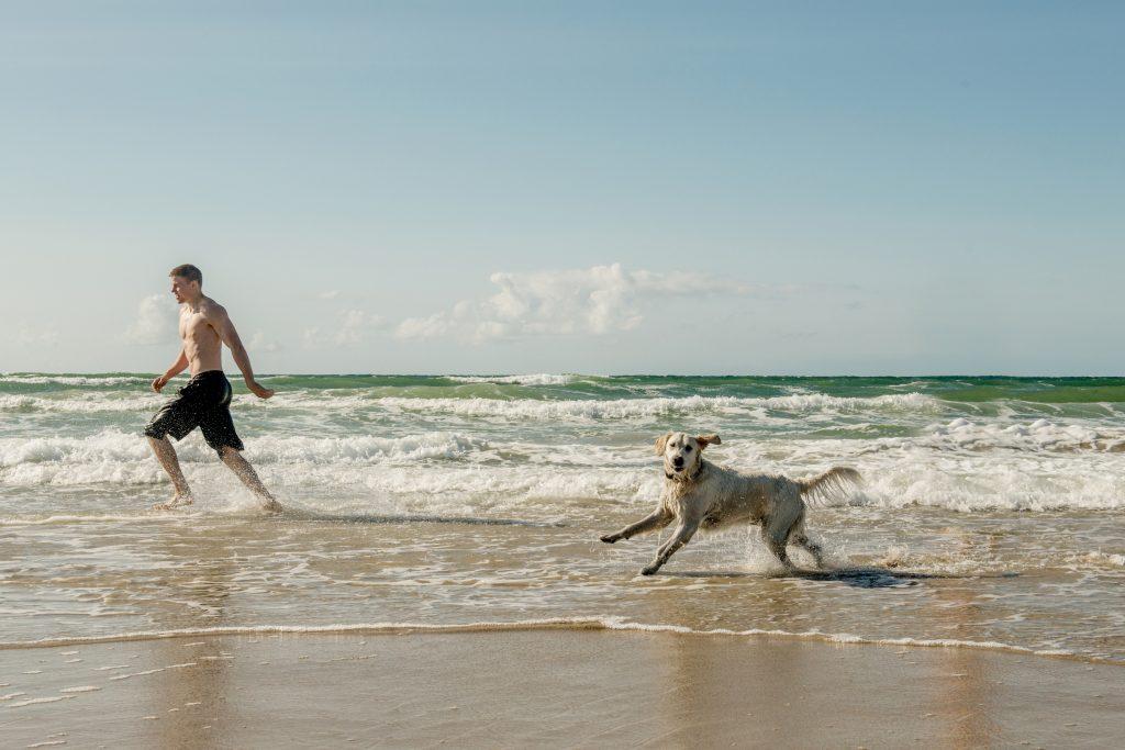 Hvite strender og blågrønt vann venter deg på Løkken strand.