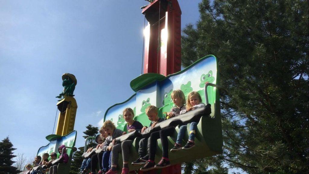 Sofie Lande Wåsjø (til høyre) synes Frog Hopper var en av de morsomste tingene å gjøre i Legoland.