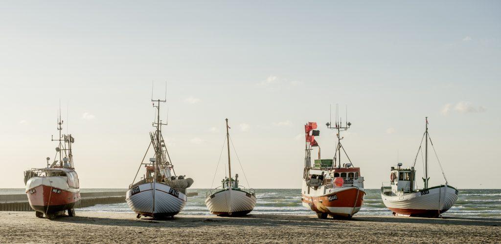 Fiskebåter ligger på stranda i Løkken. Fra flere av dem kan du kjøpe fersk fisk.