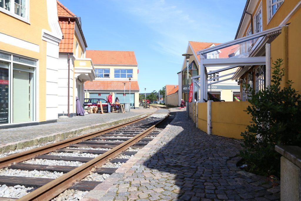 """På sporet av den tapte tid: Det gamle havnesporet ligger fotstatt på plass på utsiden av """"Viseværtshuset"""" (til høyre) i Skagen, selv om det er lenge siden togtrafikken opphørte."""