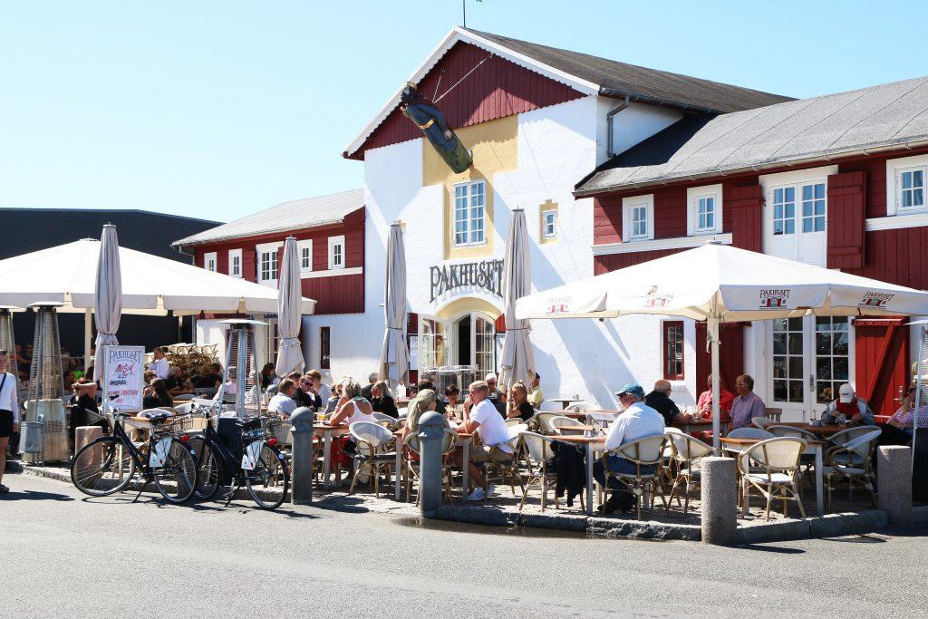 Ti meter fra sjøen: Pakhuset ligger like ved kaikanten i Skagen. Stedet er populært både som utested og restaurant og er elsket av de mange norske Skagen-turistene.
