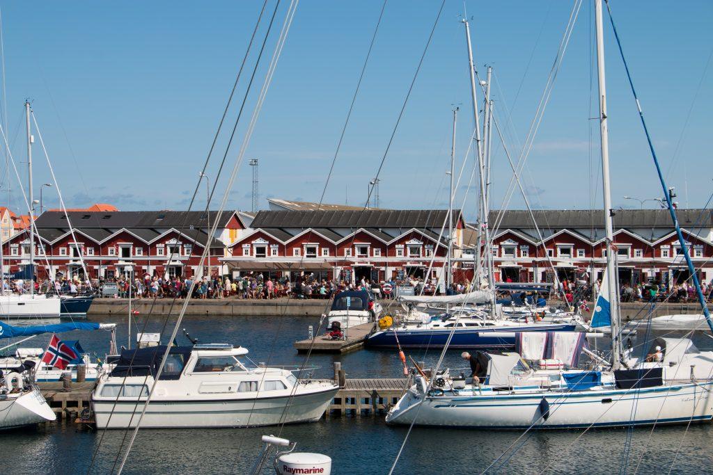 """Skagen er flott en varm sommerdag. Da fylles restaurantene på brygga raskt opp. I slutten av august er det duket for """"sommeravslutning"""" i den danske kystbyen."""