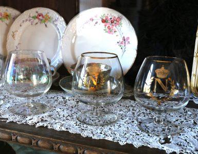 Cofnacglassene til Naopelon - med logo og symboler.