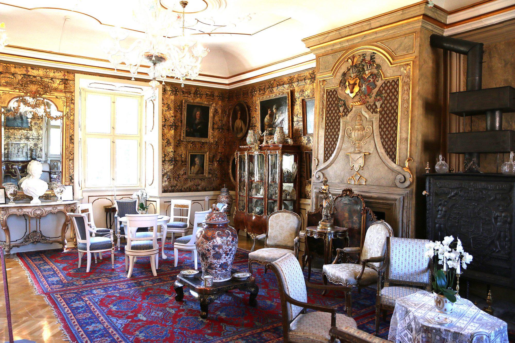 IMG_8336Gullsalen: Dette rummet har fått navn etter den gylne skinntapeten, som er laget av skinn fra villsvin nedlagt på Voegards eiendom. Det var Peder Reedtz som fikk satt opp gullskinnstapetet i 1750. Foto: Flemming Hofmann Tveitan/Fjord Line