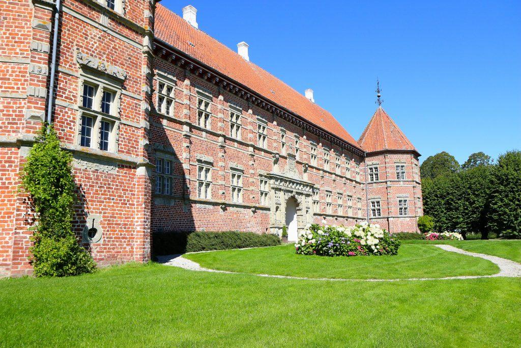 Åpenbaring: Voegaard Slot ligger i temmelig fabelaktive omgivelser snaue 40 kilometer fra Aalborg. Slottet rommer noen durabelige skatter fra europeisk kulturhistorie. Foto: Flemming H. Tveitan/Fjord Line