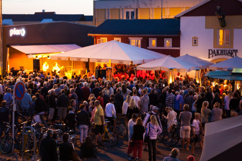 Danskene er glad i en god fest. I Skagen blir det god stemning, også i august.