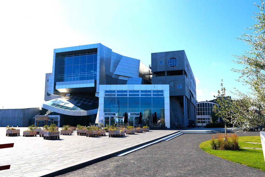 Aalborg har satset beihardt på byfornyelse og ikke minst kultur de siste årene. Her det nye og fabelaktige Musikkens Hus, som troner på den revitaliserte havnefronten. Foto: Fjord Line