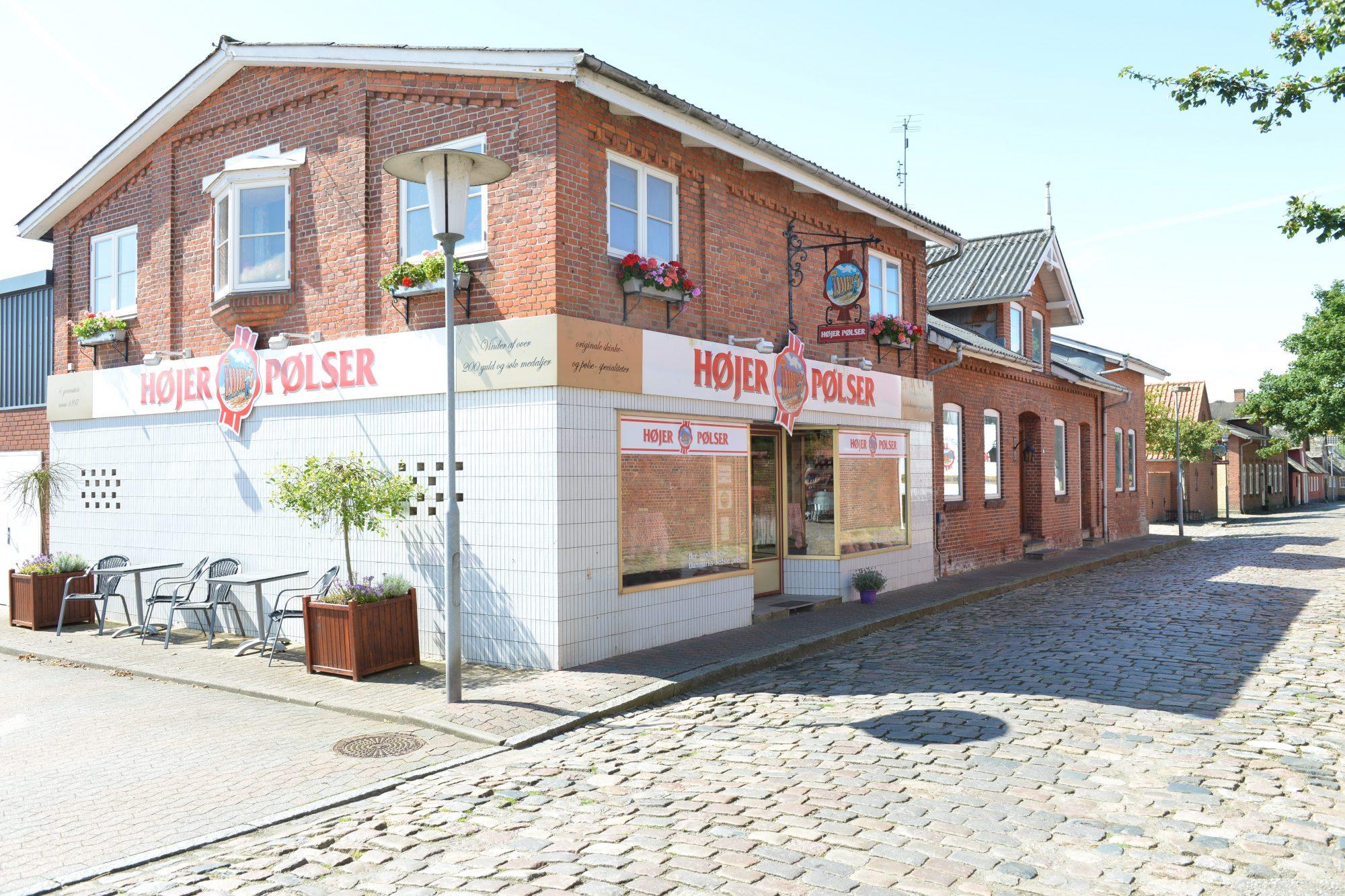 I en trivelig liten gate i den danske byen Højer, finner du Højer Pølser. Om du er glad i pølser, er dette stedet å besøke når du skal på tur til Danmark.