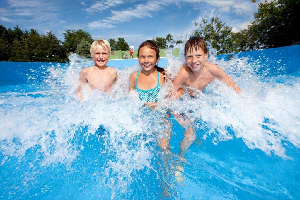 Holder varmen: Temperaturen i Aquaparken er skrudd opp til 27 grader slik at det skal være hyggelig i vannet også på skyggefulle dager. Pressefoto