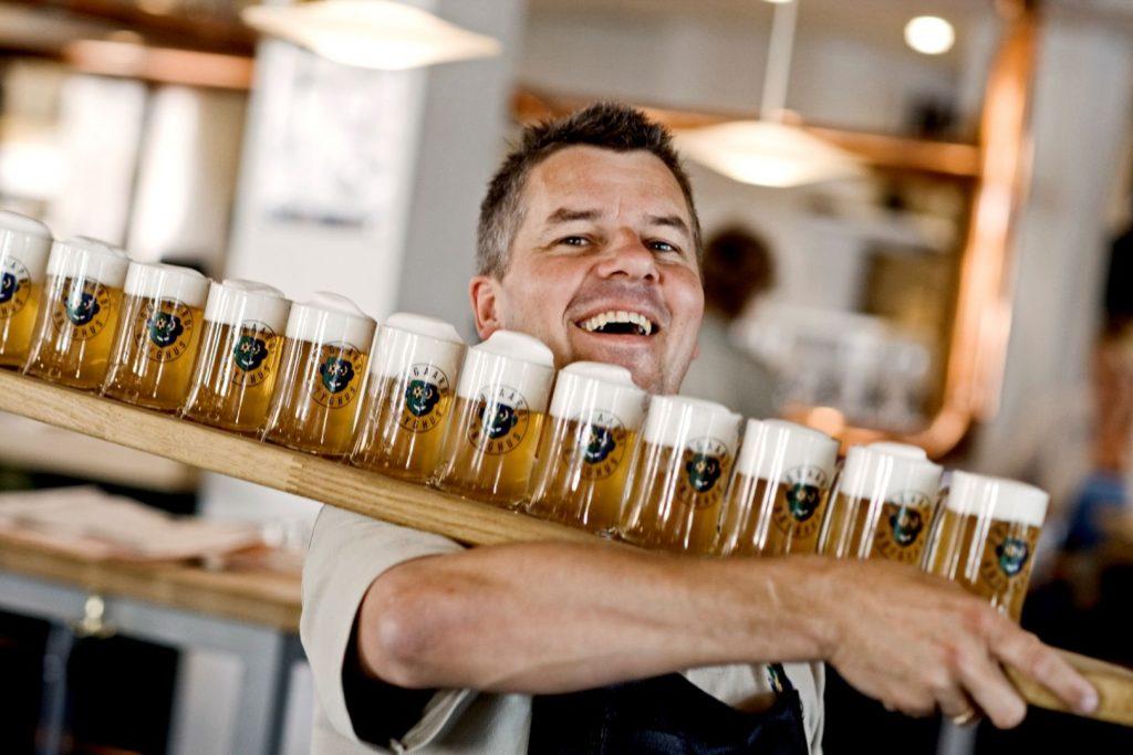 Allborg har definitivt puls og er et yndet sted å reise for par og vennegjenger. Puber, restauranter og utesteder ligger tett i tett. Foto: Visit Aalborg