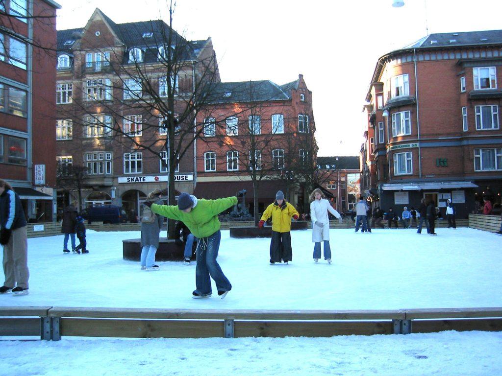 Gammel sjarm: Odense er en svært gammel by og oser av dansk sjarm. Å rusle rundt i de trange gateløpene vinterstid er en virkelig eksotisk opplevelse. Foto: Visit Odense