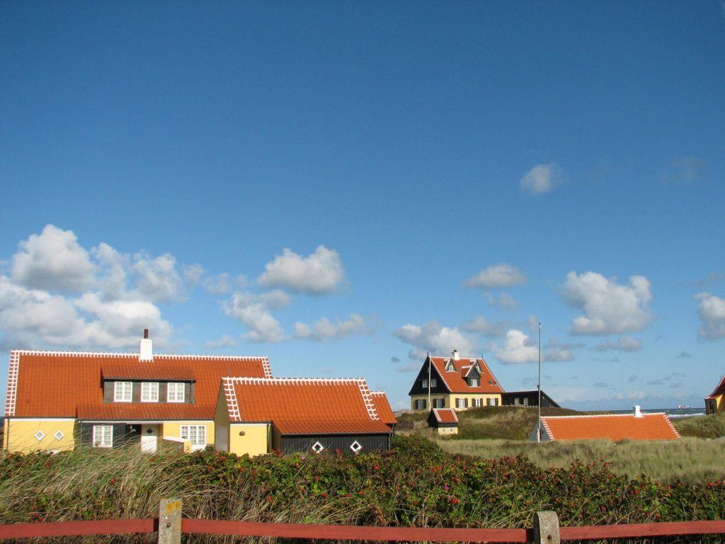 Karakteristiske hus: Skagenhusene er veldig ofte gule og har en særegen dekor på takstenen. Foto: Visit Denmark
