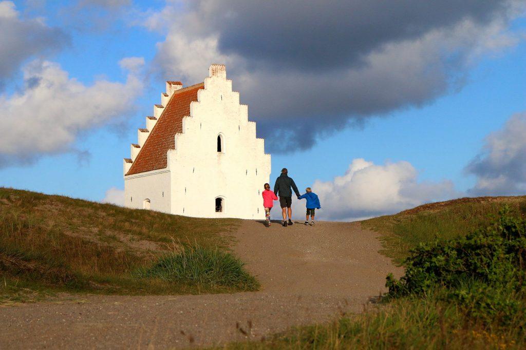 Den tilsandete kirke ligger meget vakkert til ut mot Kattegat. Lei en sykkel og ta turen. Foto: Fjord Line