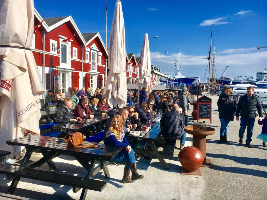 Havnen: Når sola titter frem, er det alltid yrende liv på de mange serveringsstedene nede ved havnen i Skagen. Foto: Fjord Line